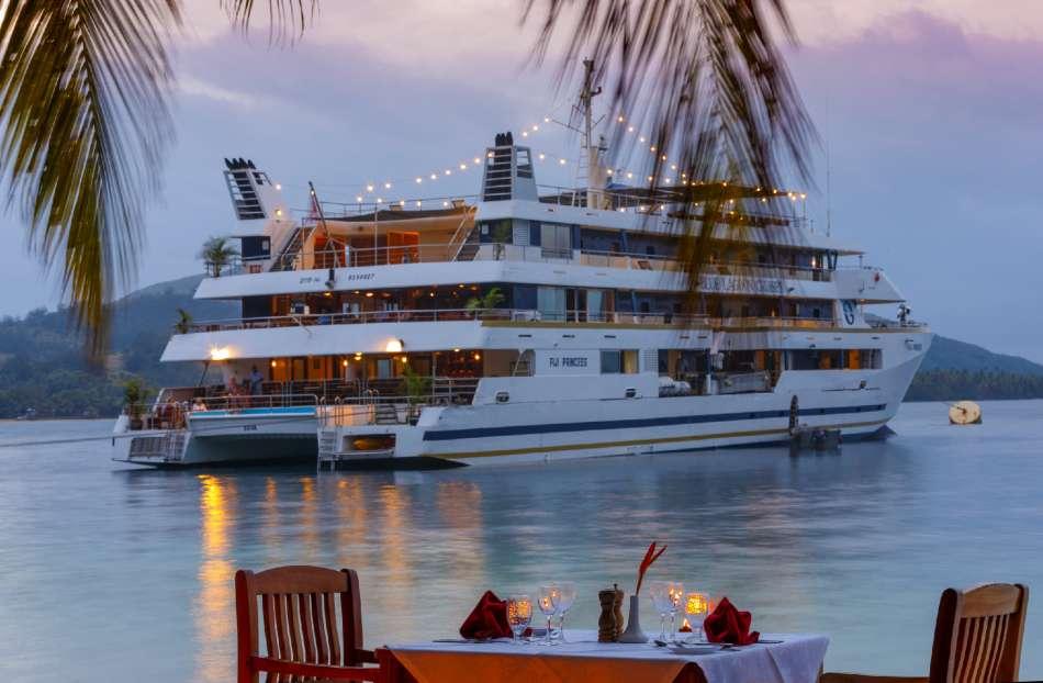 "MV ""Fiji Princess"" | Abends am Ankerplatz | © Blue Lagoon Cruises"